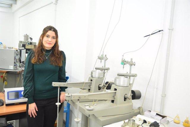 Imagen adjunta de la doctoranda en un laboratorio de Geotecnia de la UPCT.