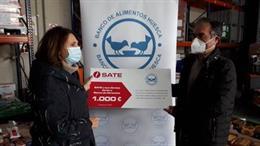 Julia Lera, presidenta del Banco de Alimentos de Huesca y Jesús Zamora, responsable de mantenimiento de SATE.