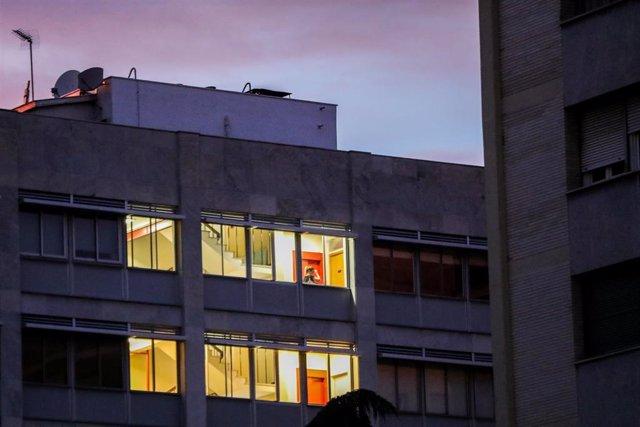Un edificio de oficinas con las luces encendidas.