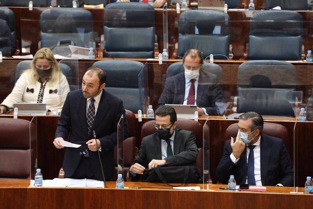 El consejero madrileño de Economía, Empleo y Competitividad, Manuel Giménez, interviene durante una sesión plenaria en la Asamblea de Madrid