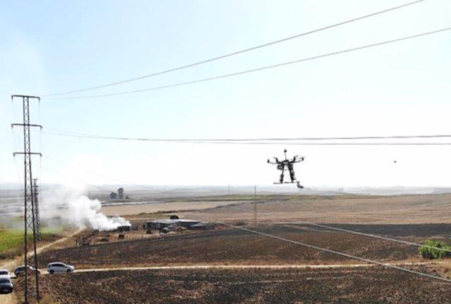 Dron de AERIAL-CORE manipulando cables