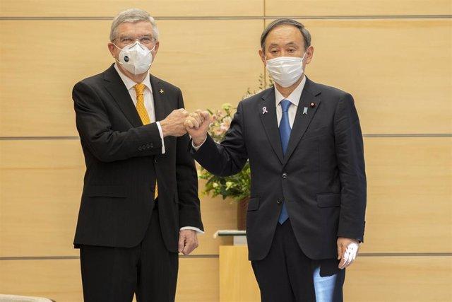 Thomas Bach (COI) y Yoshihide Suga, primer ministro de Japón