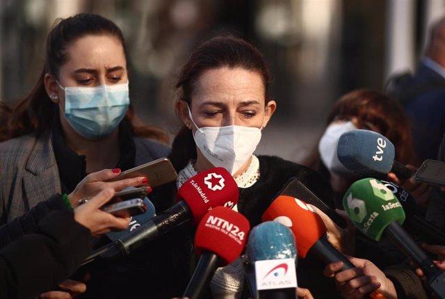 La vicesecretaria Jurídica de VOX, Marta Castro, ofrece declaraciones a los medios de comunicación en las inmediaciones de los Juzgados de Plaza de Castilla, en Madrid (España), a 20 de noviembre de 2020.