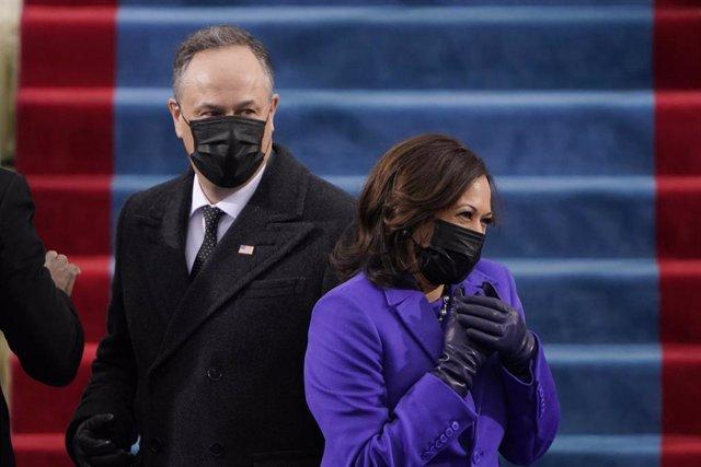 Kamala Harris y su marido Doug Emhoff en su llegada a la Casa Blanca a la toma de posesión.