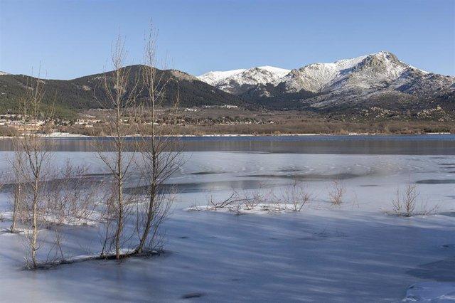 Picos de La Maliciosa y Bola del Mundo en la Sierra de Guadarrama desde el embalse de Navacerrada, en la localidad de Navacerrada, Madrid (España), a 17 de enero de 2021. El temporal provocado por la borrasca 'Filomena' ha hecho que las aguas de numerosos