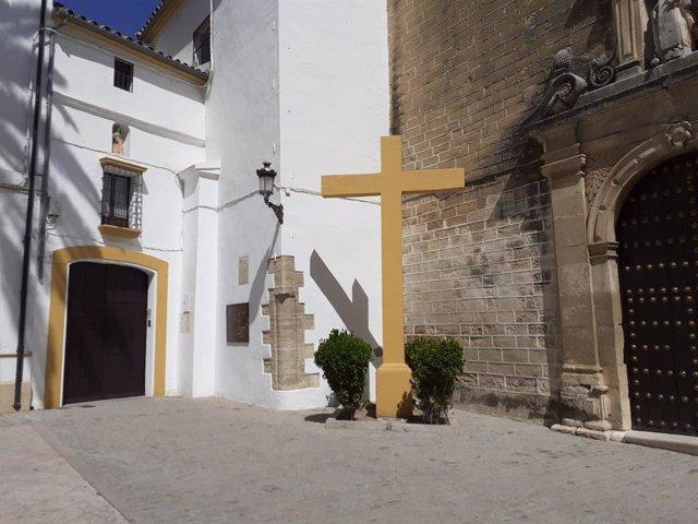Cruz por los caídos situada junto a la fachada de la Iglesia de las Carmelitas Descalzas de Aguilar de la Frontera.