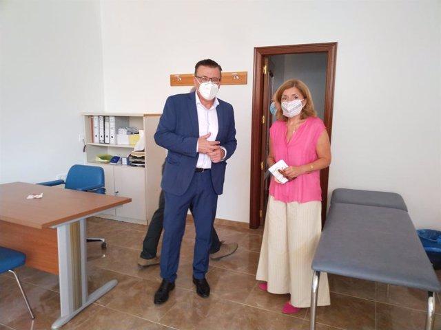 El alcalde de Iznájar, Lope Ruiz, en una imagen de archivo junto a la delegada de Salud de la Junta en Córdoba, María Jesús Botella.