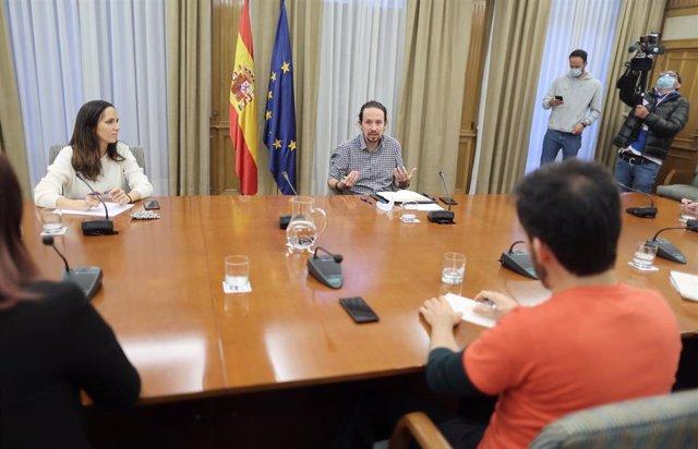 El vicepresidente segundo, Pablo Iglesias, y la secretaria de Estado para la Agenda 2030, Ione Belarra, durante su reunión con el sindicato de inquilinos en la sede del Ministerio, en Madrid (España), a 16 de octubre de 2020.