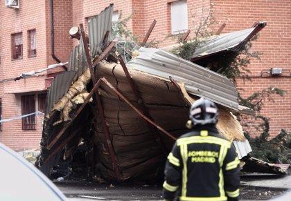 Bomberos retiran la cubierta de un edificio arrancada por el viento en Vallecas