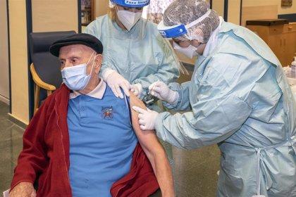 Sanidad recomienda seguir vacunando a los grupos prioritarios de la primera fase de vacunación
