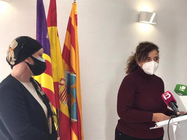La presidenta del Consell de Formentera, Alejandra Ferrer, y la consellera de Presidencia, Pilar Costa