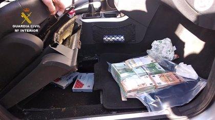 Dos detenidos en Jerez (Cádiz) con 240.530 euros y 40 dosis de hormonas de crecimiento ocultas en el coche