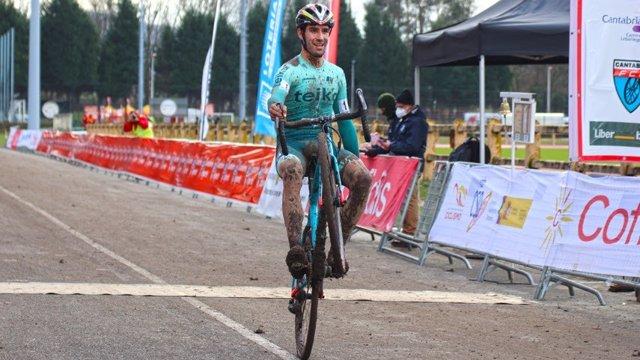 El alicantino Felipe Orts celebra su victoria en el Campeonato de España de ciclocross