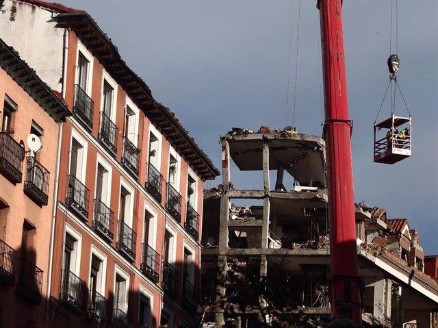 Un grúa durante el desmontaje del edificio siniestrado en el número 98 de la calle Toledo de Toledo, tras la explosión.