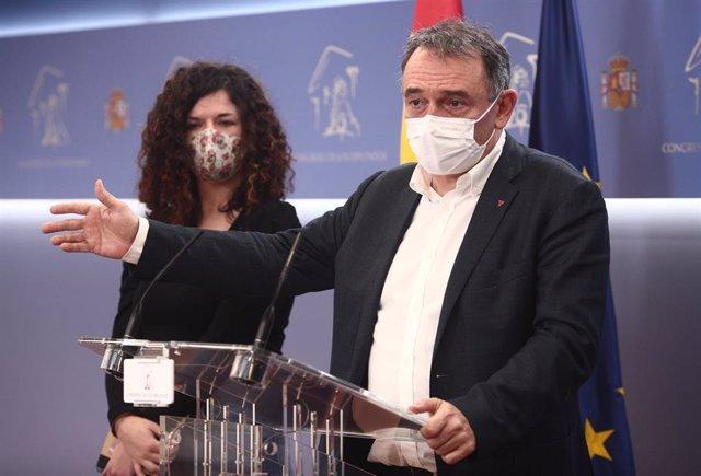 Los diputados de Unidas Podemos Sofía Castañón y Enrique Santiago intervienen en una rueda de prensa convocada ante los medios para explicar el plan de trabajo de la formación política para la comisión de investigación de 'Kitchen'.