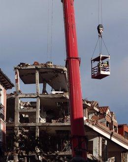 Un grúa durante el desmontaje del edificio siniestrado en el número 98 de la calle Toledo, en Madrid (España), a 22 de enero de 2021. El Ayuntamiento de Madrid prevé que los trabajos de desmontaje del edificio donde se causó una explosión durarán al menos