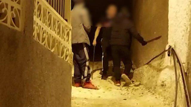 Momento en el que dos de los detenidos acudieron de madrugada al domicilio de uno de los denunciantes armados con un machete para que retirase la denuncia