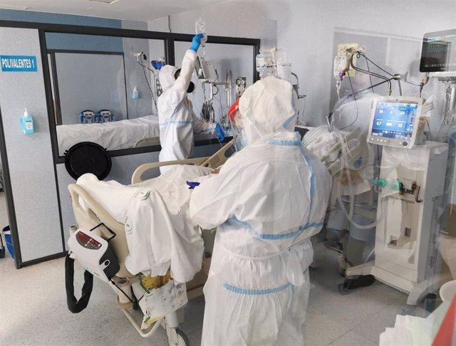 Sanitarios atienden a un paciente en la UCI covid de Torrecárdenas