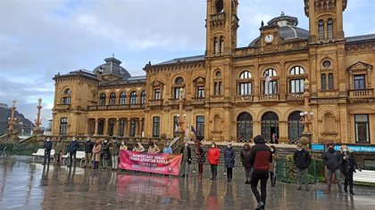 """Ayuntamiento de San Sebastián se concentra en repulsa del """"vil y cobarde asesinato"""" de Aintzane Pujana"""