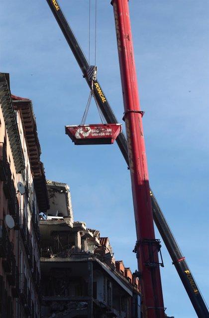Dos robots retiran forjados, vigas y pilares del edificio que explotó en la calle Toledo