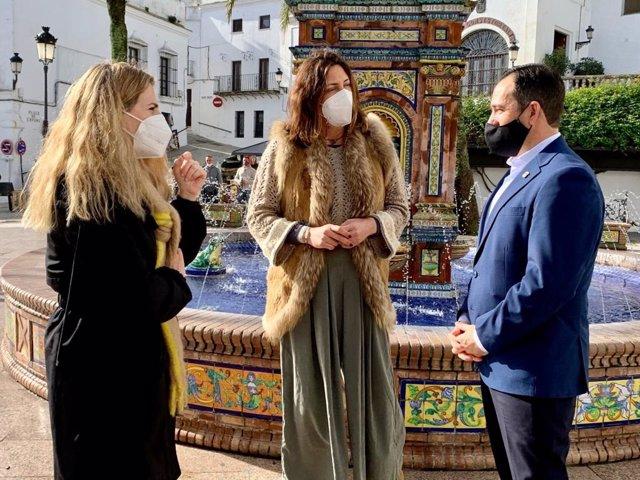 Loles López con el alcalde de Vejer y Ana Mestre