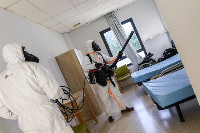 Efectivos del Tercio de Armada en labores de desinfección en una residencia de mayores en San Fernando