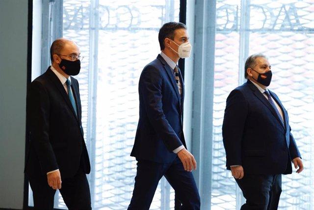 El presidente de Aragón, Javier Lambán; el presidente del Gobierno de España, Pedro Sánchez, y el presidente de la Cámara de Zaragoza, Manuel Teruel