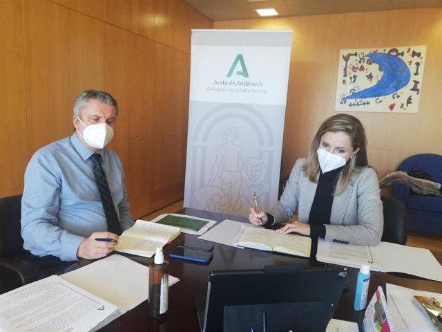 Juan de la Cruz Belmonte y Maribel Sánchez en su reunión con los gerentes de los hospitales de la provincia
