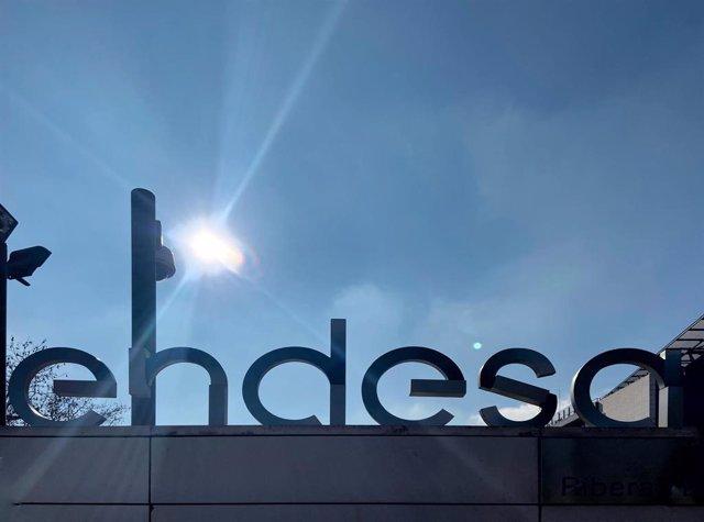 Puerta de acceso de la sede de Endesa en la calle de la Ribera del Loira, Madrid (España), a 14 de febrero de 2020.