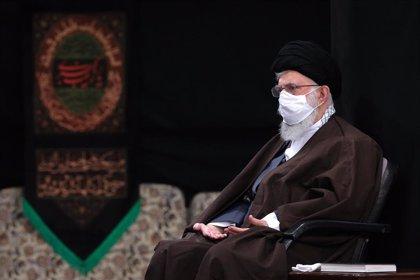 """Jamenei pide """"venganza"""" contra Trump y publica una imagen que sugiere un bombardeo contra el expresidente de EEUU"""