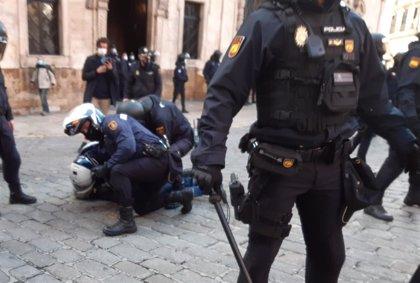 La Policía reduce a un manifestante en Cort durante la protesta por el cierre de la hostelería