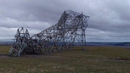 El viento derriba una torre eléctrica en Piñel de Arriba (Valladolid)