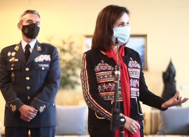 La ministra de Defensa, Margarita Robles, junto al JEMAD