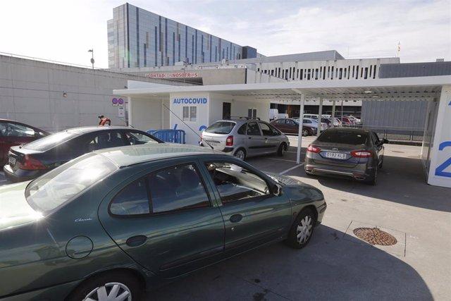 """Vehículos esperando a la realización de pruebas PCR para la detección del COVID-19 en el """"Autocovid"""" del Hospital Universitario Central de Asturias (HUCA), Oviedo (Asturias)."""