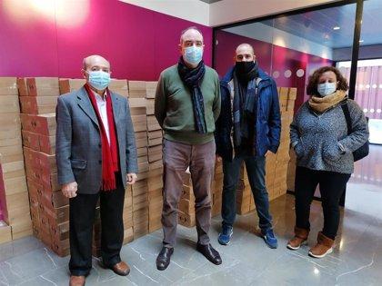 Reparten 20.000 botes de gel hidroalcoholico en el Polígono Sur de Sevilla gracias a una donación empresarial