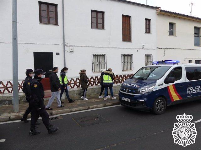 Agentes de la Policía Nacional detienen a once integrantes del grupo dedicado a la falsificación e inmigración ilegal desde Salamanca.