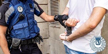 Detenido por golpear y arrastrar a un hombre para robarle en una plaza de Lavapiés