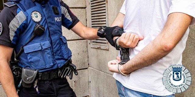 Imagen de la detención de un individuo por parte de agentes de la Policía Municipal de Madrid