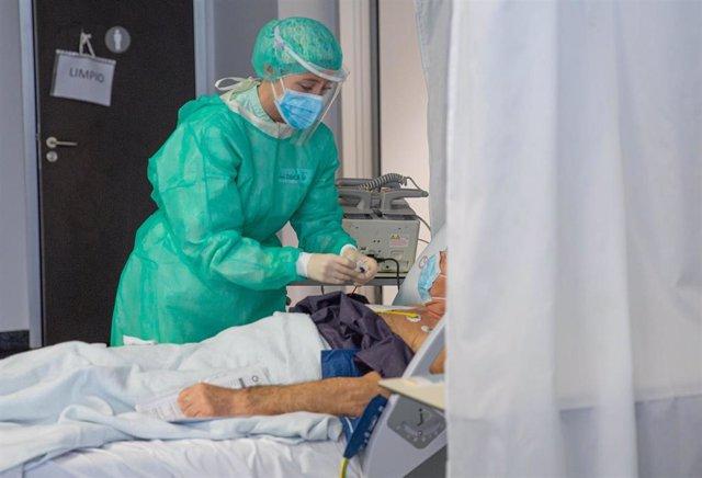 Una sanitaria en el Hospital del Vinalopó