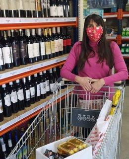 Una compradora premiada en uno de los sorteos de la campaña 'Alguazas es un regalo'