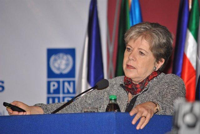 La Comisión Económica para América Latina y el Caribe (CEPAL), a través de su secretaria ejecutiva Alicia Bárcena, ha advertido a los países iberoamericanos que deben vigilar sus niveles de endeudamiento  porque un incremento desmedido de su deuda pública
