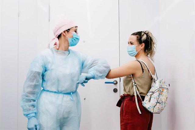 Una paciente se despide tras finalizar su tratamiento en el dentista