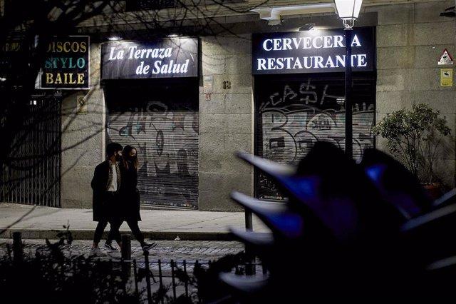 Un restaurante ya cerrado en la última noche del cierre de bares y restaurantes a las 23 horas, en Madrid (España), a 17 de enero de 2021.