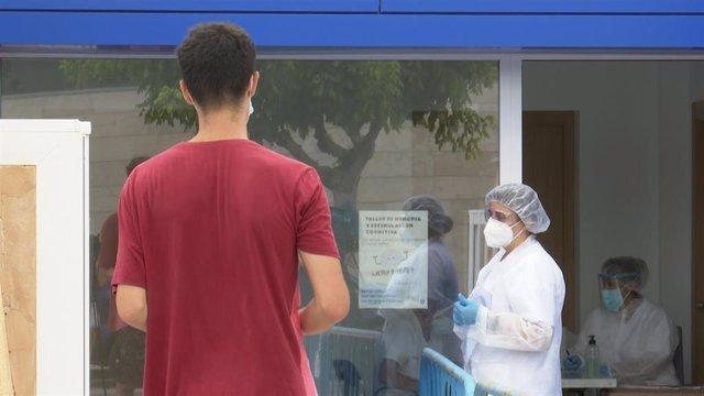 Una persona, esperando para someterse a una PCR.