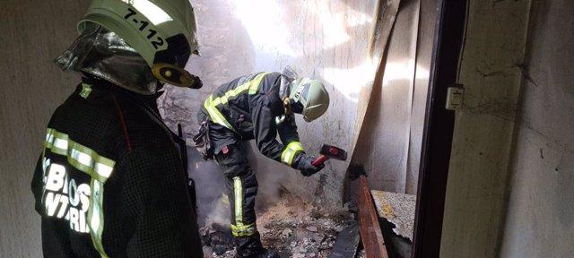 Bomberos sofocan incendio en vivienda deshabitada