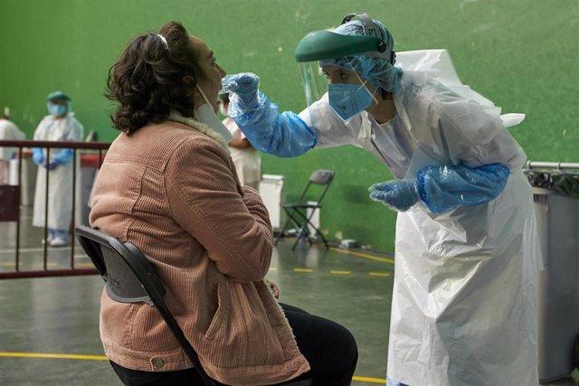 Una mujer es sometida a una prueba PCR