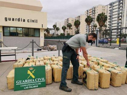 Detienen a dos hombres en una embarcación con 1.600 kilos de hachís a 5 millas de Arucas (Gran Canaria)