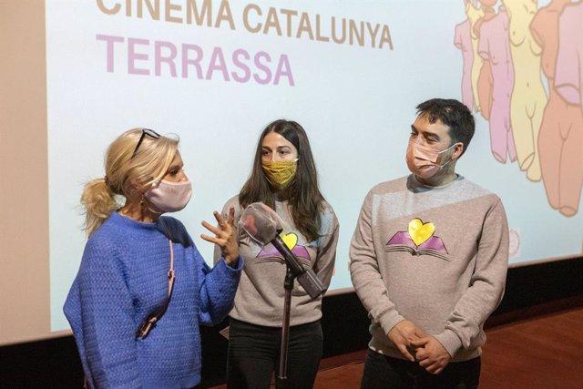 La regidora de Cultura, Rosa Boladeras, amb els impulsors de la iniciativa, Nadia Gumà i Iván Albacete
