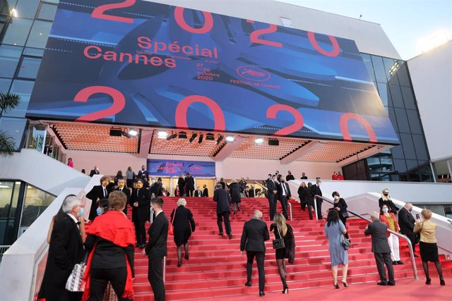 27 October 2020, France, Cannes: Guests arrive at the Palais des Festivals to attend the Cannes 2020 Special, a mini-version of the traditional Cannes Film Festival. Cannes 2020 Special took place after the 73rd edition of the Cannes Film Festival, schedu