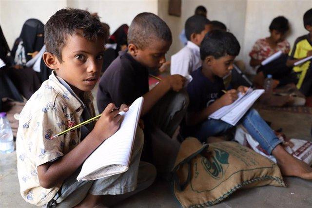 Un grupo de niños asiste a una escuela situada en la provincia de Hajjah, en el noroeste de Yemen.